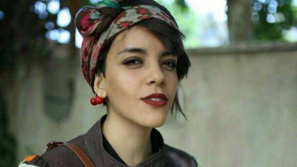 Yasaman Aryani, défenseur des droits de la femme iranienne. Yasaman Aryani est une défenseuse des droits de la femme détenue pour avoir protesté pacifiquement contre le port forcé du voile en Iran.
