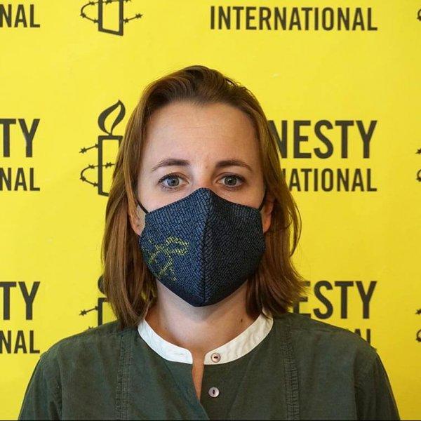 Vu de face du masque d'Amnesty International Luxembourg porté par une femme