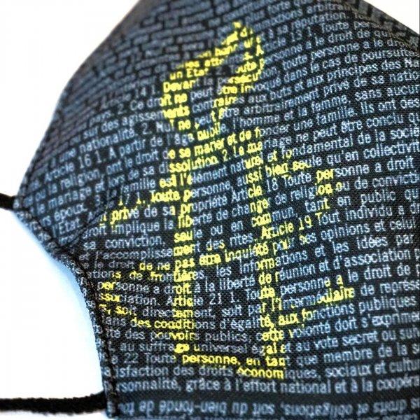 Zoom sur le logo bougie d'Amnesty International présent sur le masque